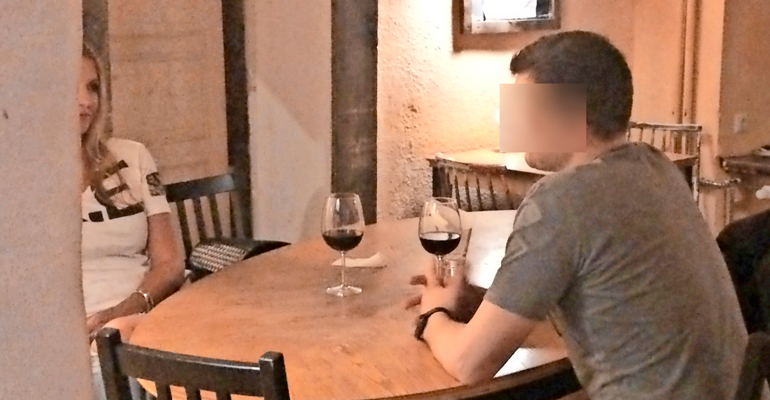 Anu Saagim vietti iltaa mysteerimiehen kanssa viinituvassa.