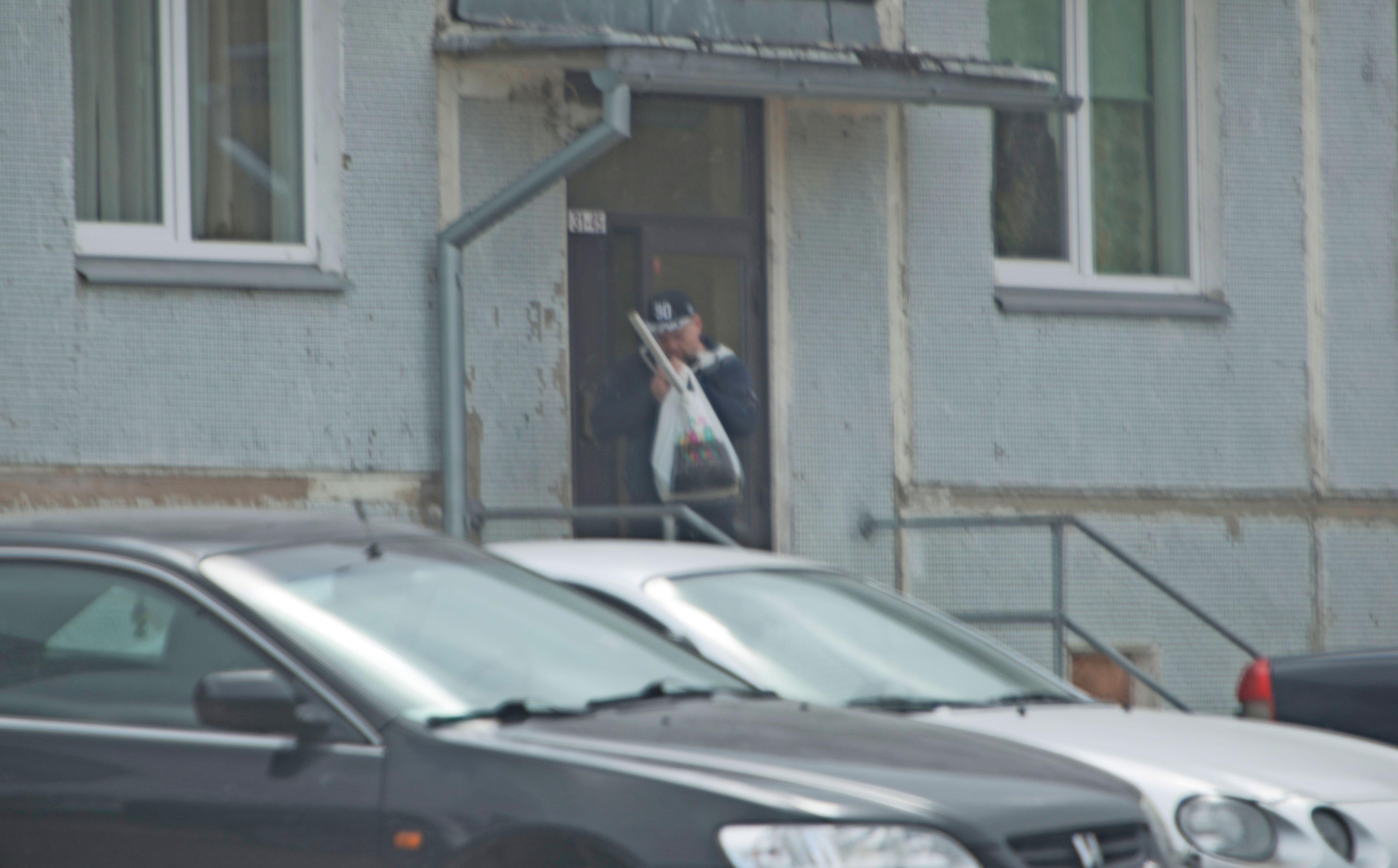 Siltsu tuli ulos Siimin äidin asunnolta ja pisti tupakaksi.