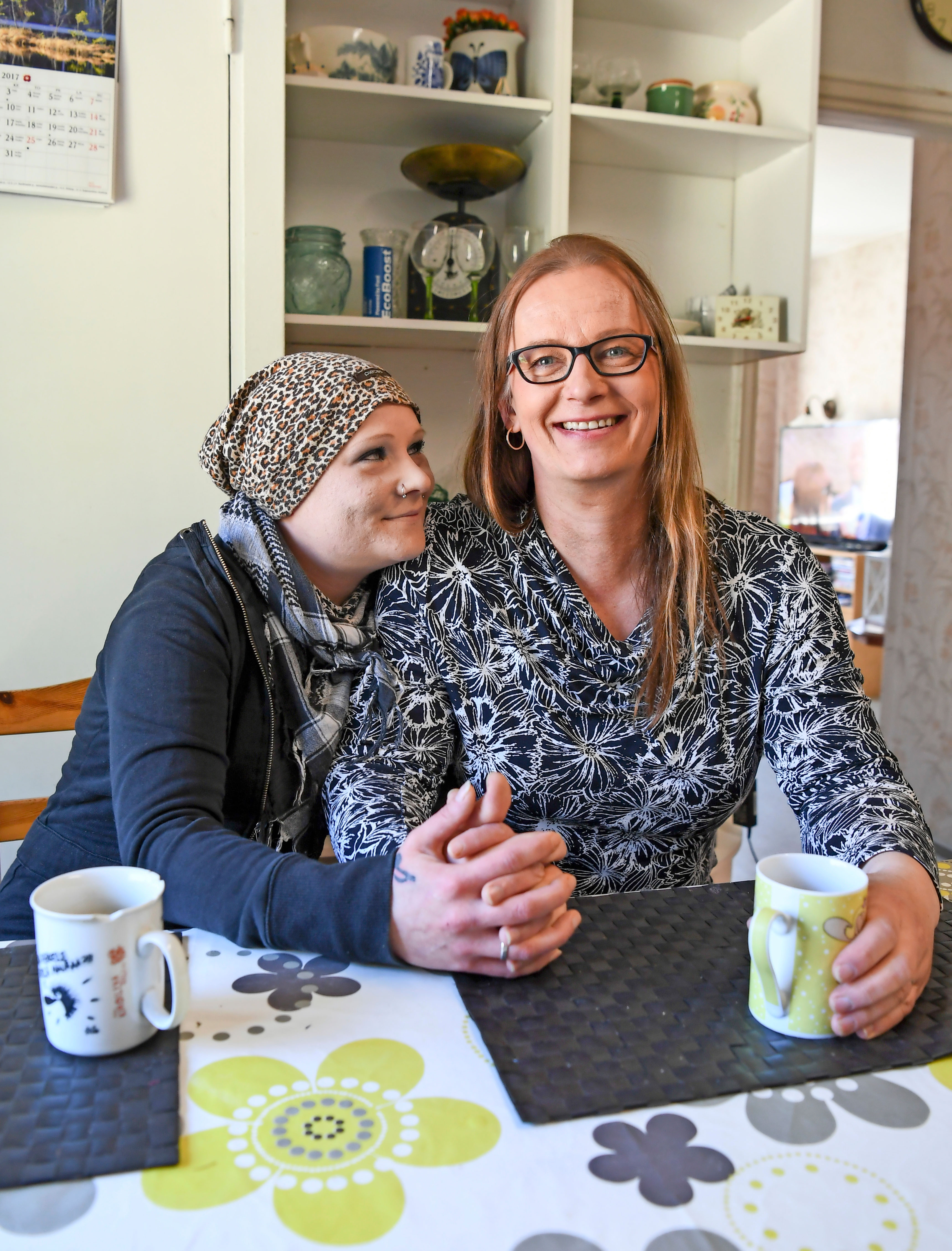 Elli Hietapakka ja Vera Räsänen rakastuivat päihdehoidossa ja menivät pian sen jälkeen kihloihin.