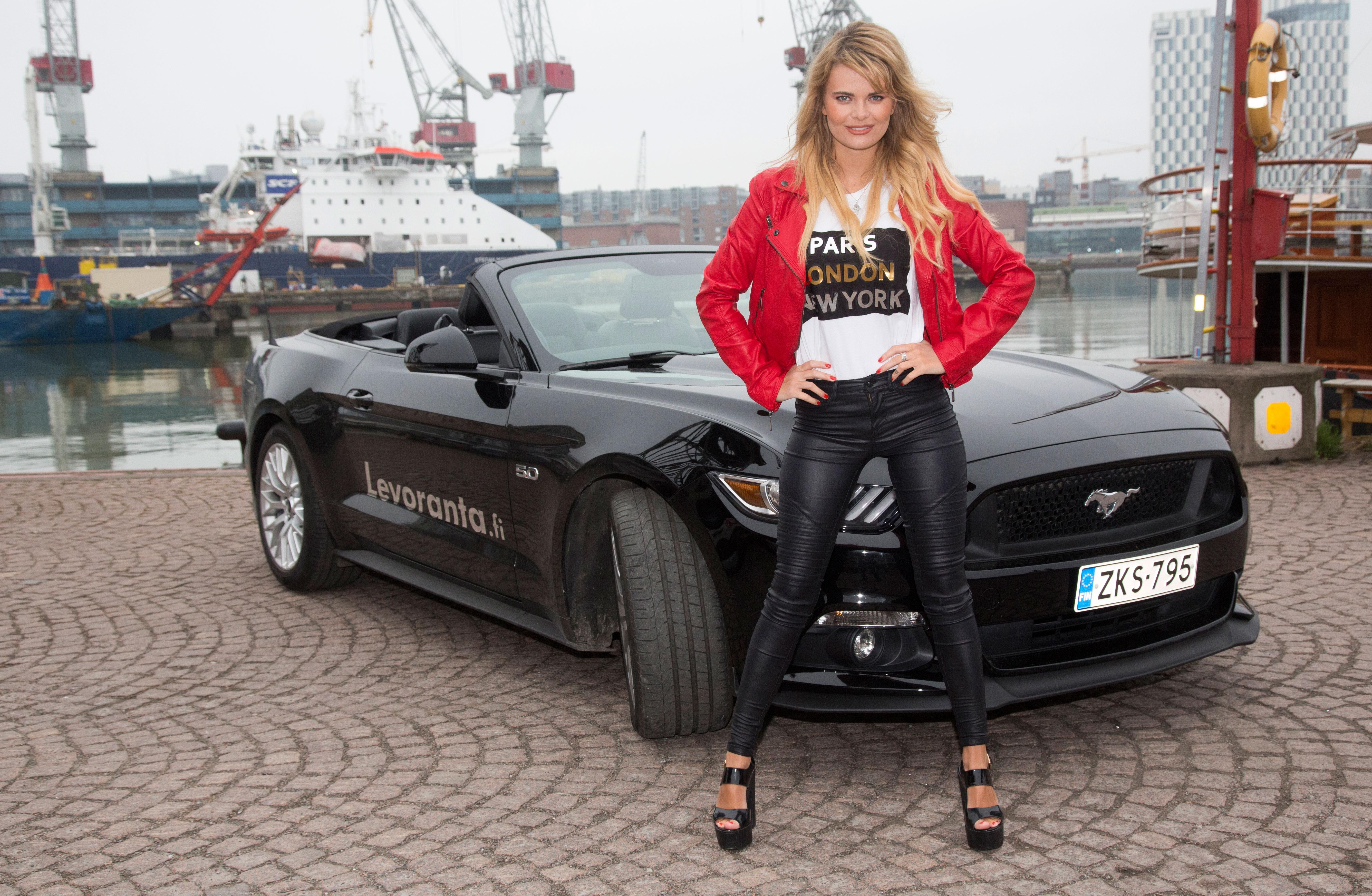 Erika Vikman testasi Seiskan kanssa tuliterän Ford Mustangin.