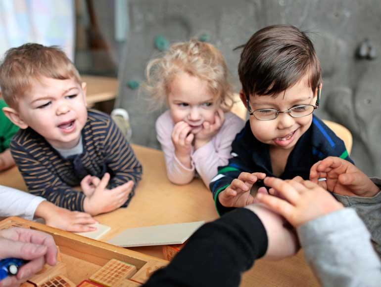 Victor käy tavallista esikoulua, eikä muut lapset kiinnitä huomiota hänen erilaisuuteen.