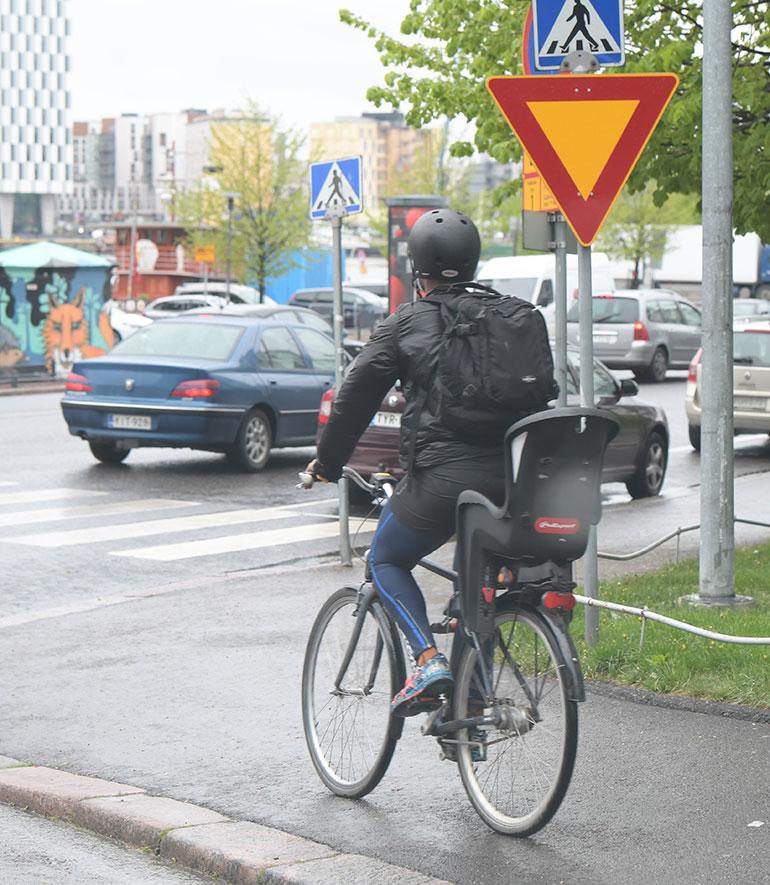 jani toivola pyöräilee kävelytiellä