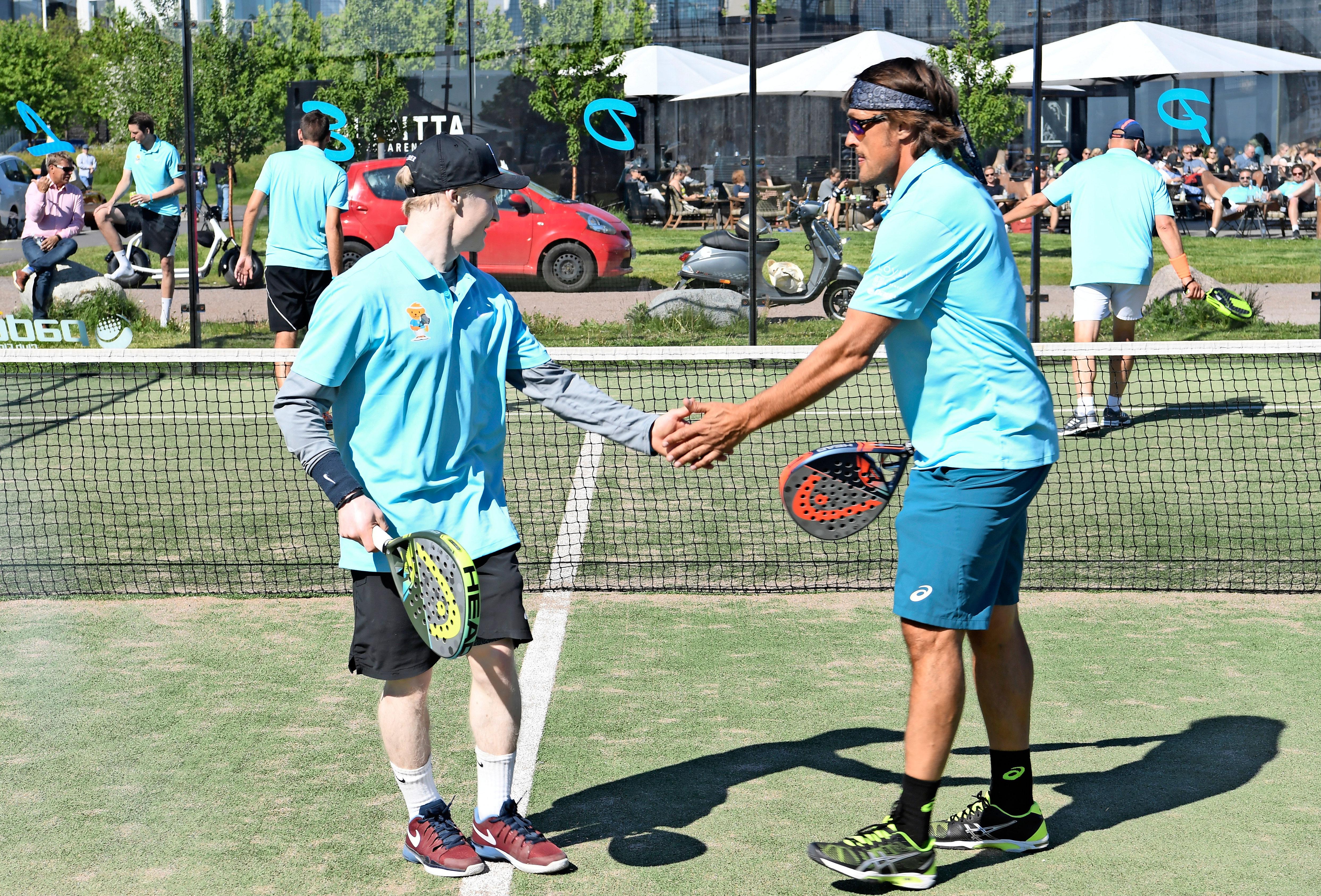 Aluksi homma vaikutti hyvältä. Peetu ja Teemu lähtivät itsevarmoina padel-turnauksen välierään.