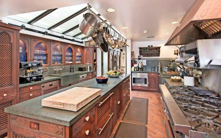 Maalaistyylisessä, mutta ultramodernein laittein varustetussa keittiössä on tilaa ja valoa.