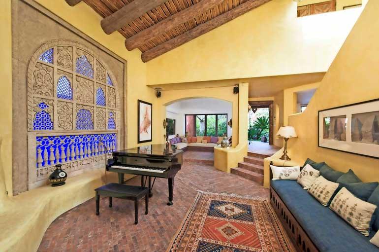 Muusikon omistamassa asunnossa on luonnollisesti piano. Musiikki- ja oleskeluhuoneessa toistuvat talon pehmeät sävyt, kattopalkit ja tiililattia.