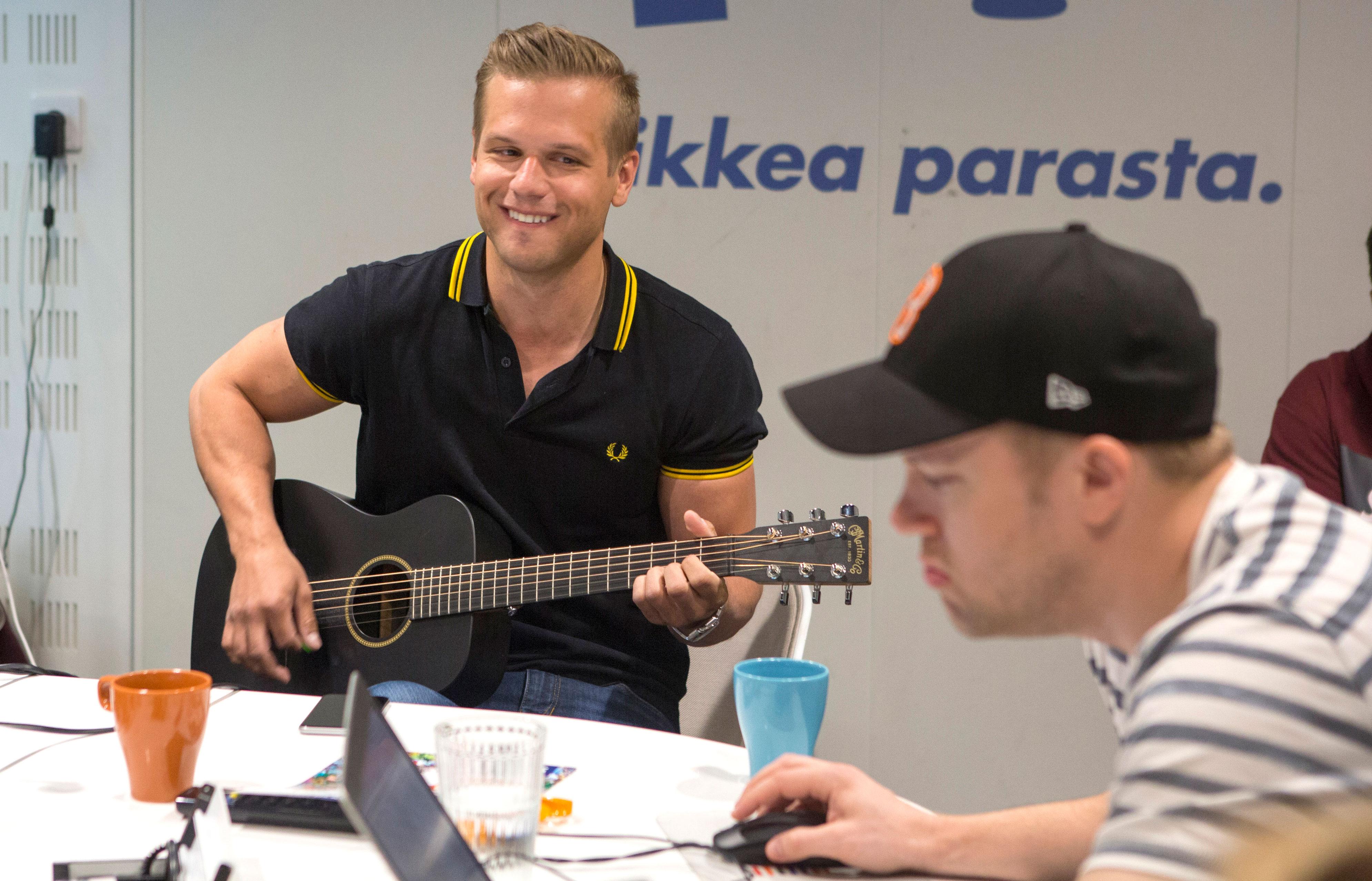 Hovimuusikko Ilkka saapui soittamaan ja laulamaan Aamulypsyn studioon.