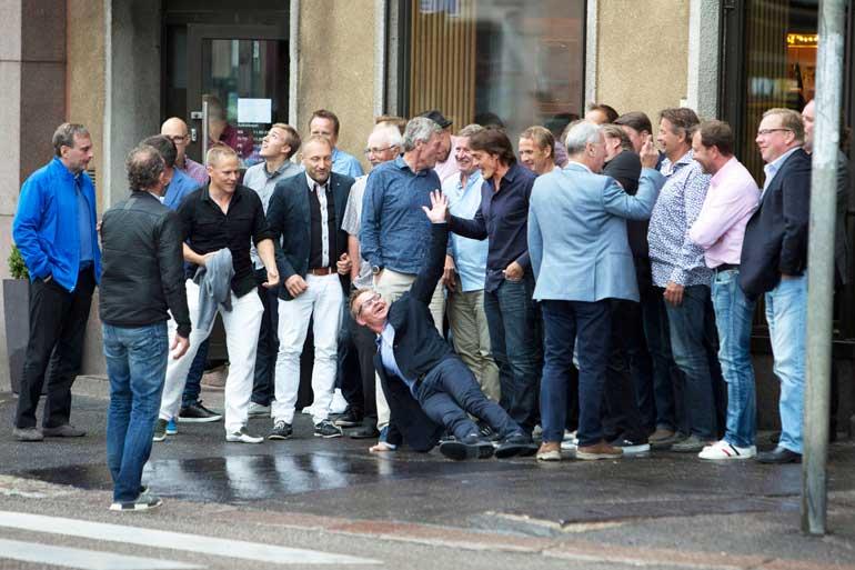 Ex-maalivahti Sakari Lindfors hauskuutti Teemua ja muuta porukkaa venyttämällä itsensä torjunta-asentoon.
