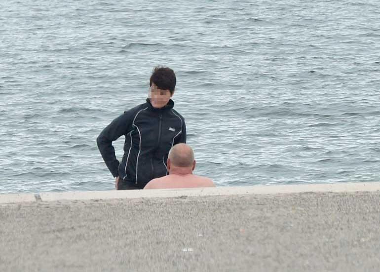 Sakari Pietilä naisen kanssa rannalla.