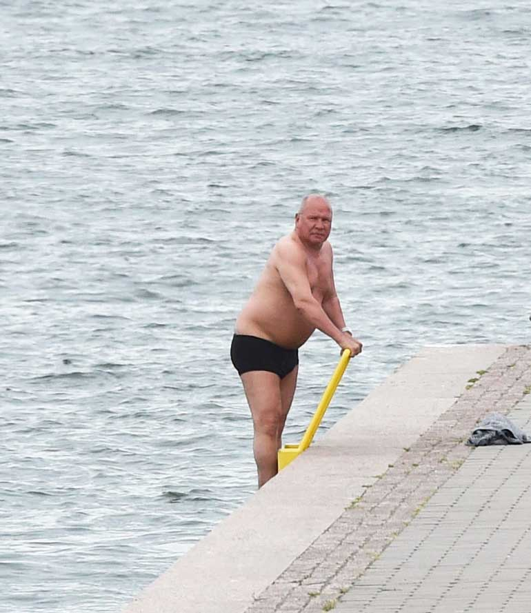 Sakari Pietilä meni uimaan.