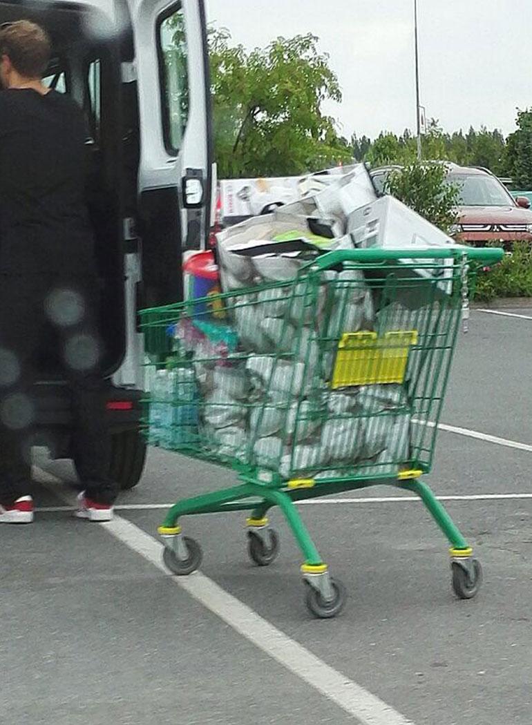 Petteri kertoo panneensa merkille, että nelinkertainen maailmanmestari tiiraili tarkkaan maitohyllyä.  - Vaimonsa pyöri siinä koko ajan ja haki tavaroita kärryyn. Ja ne kärryt olivat ihan täynnä tavaraa. Siellä näytti olevan ainakin muoviastiasto lapsille.  Petteri sattui myös samaan aikaan viereiseen kassajonoon Vettelin perheen kanssa.  - Hänen vaimonsa meni edeltä yksin kassalle ja rullasi ostokset hihnalle. Vasta kun ostokset oli piipattu kassan läpi, Sebastian saapui maksamaan.