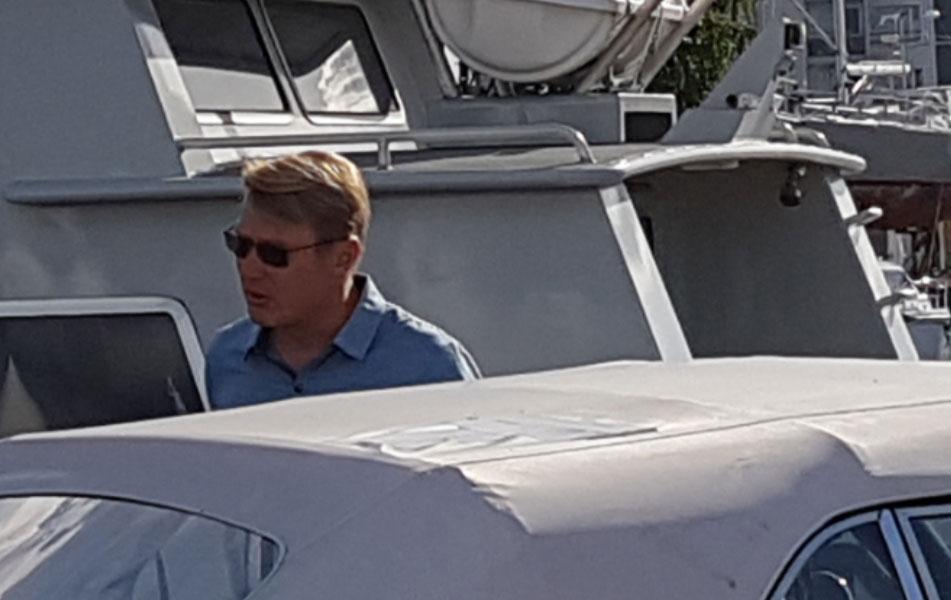 Matalaa profiilia pitänyt Mika Häkkinen saapui illansuussa Teemun ökypaatille.