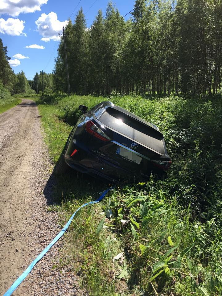 Jari-Matin ja Maisa auto ojassa