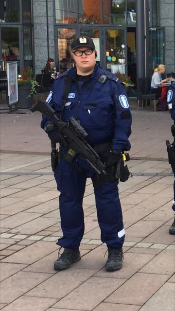 Poliisi kantoi konepistoolia Helsingissä.