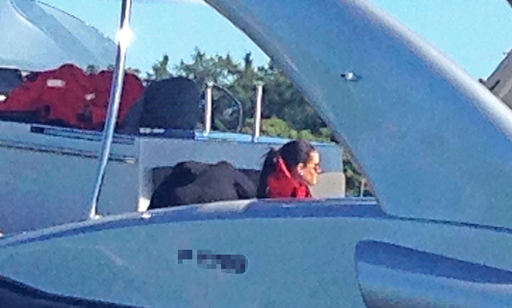 Minttu odotteli veneessä kaikessa rauhassa.