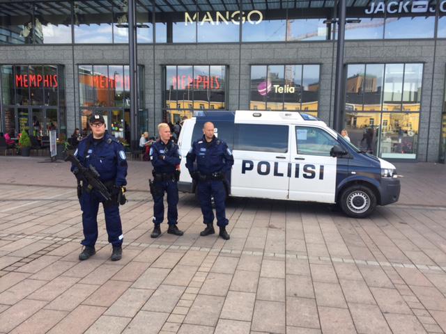 Poliiseilla järeät aseen Kampissa.