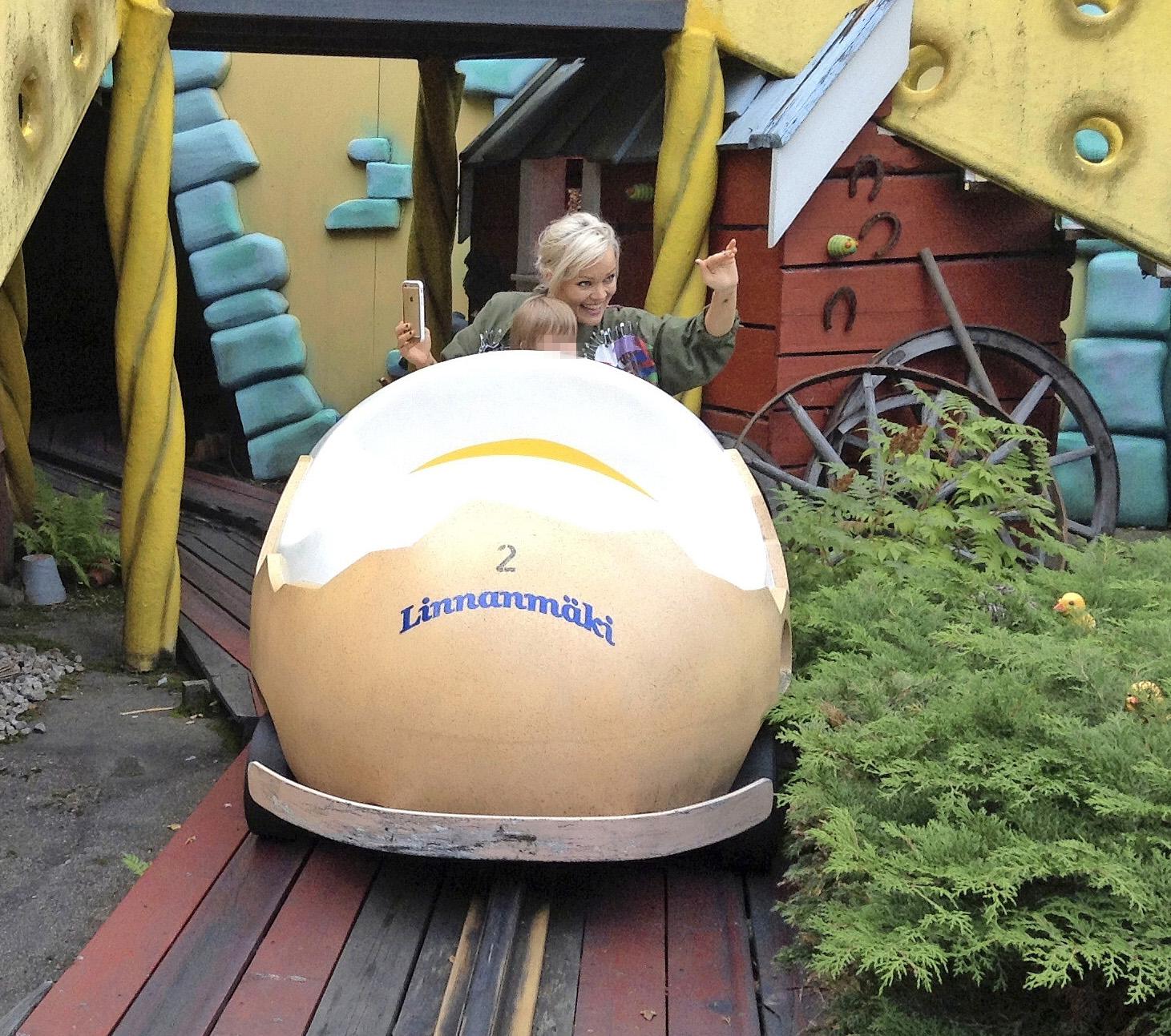 Anna viihtyi tyttärensä kanssa Linnanmäellä.