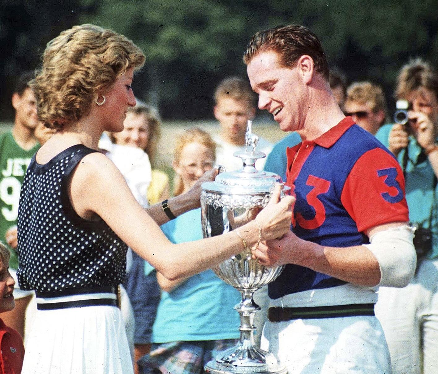 Dianalla oli suhde James Hewittin kanssa.