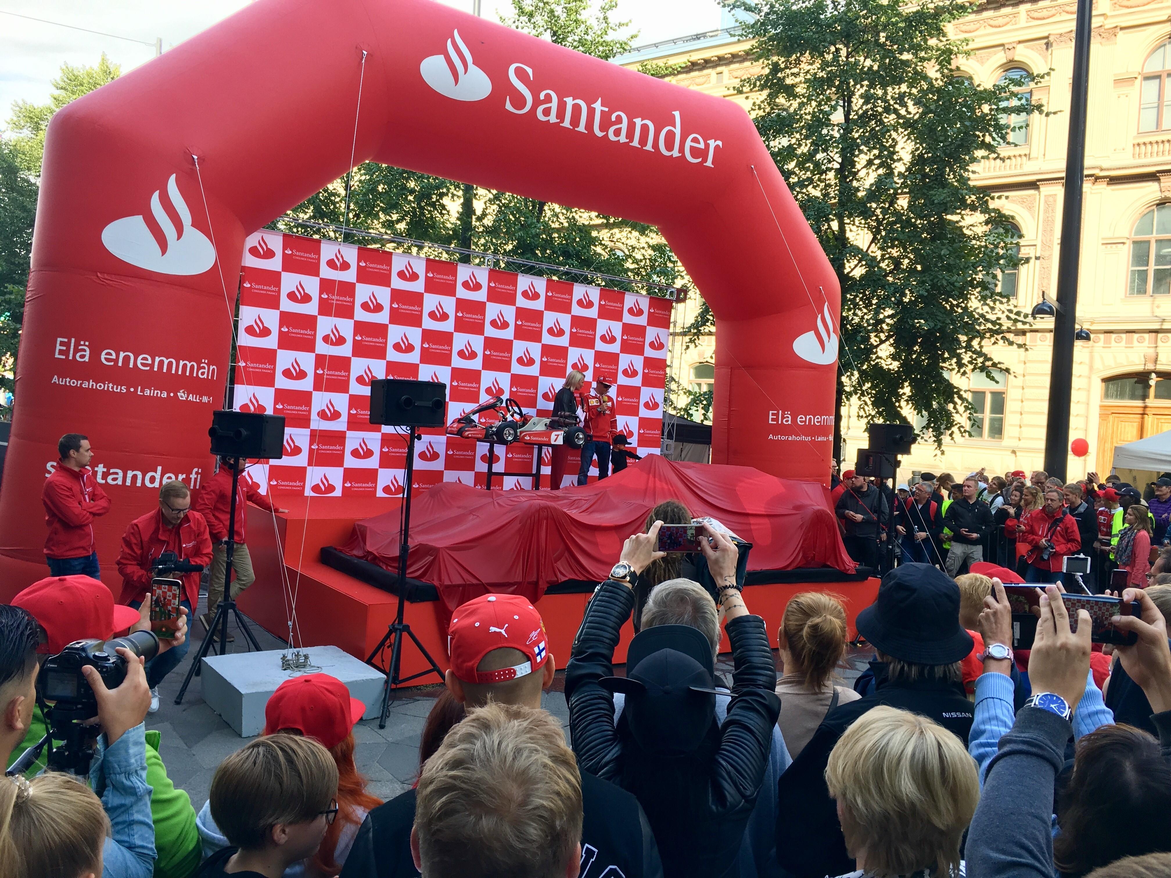 Kimi Räikkönen ja Robin Räikkönen Santanderin järjestämässä yleistötapahtumassa Helsingin keskustassa.
