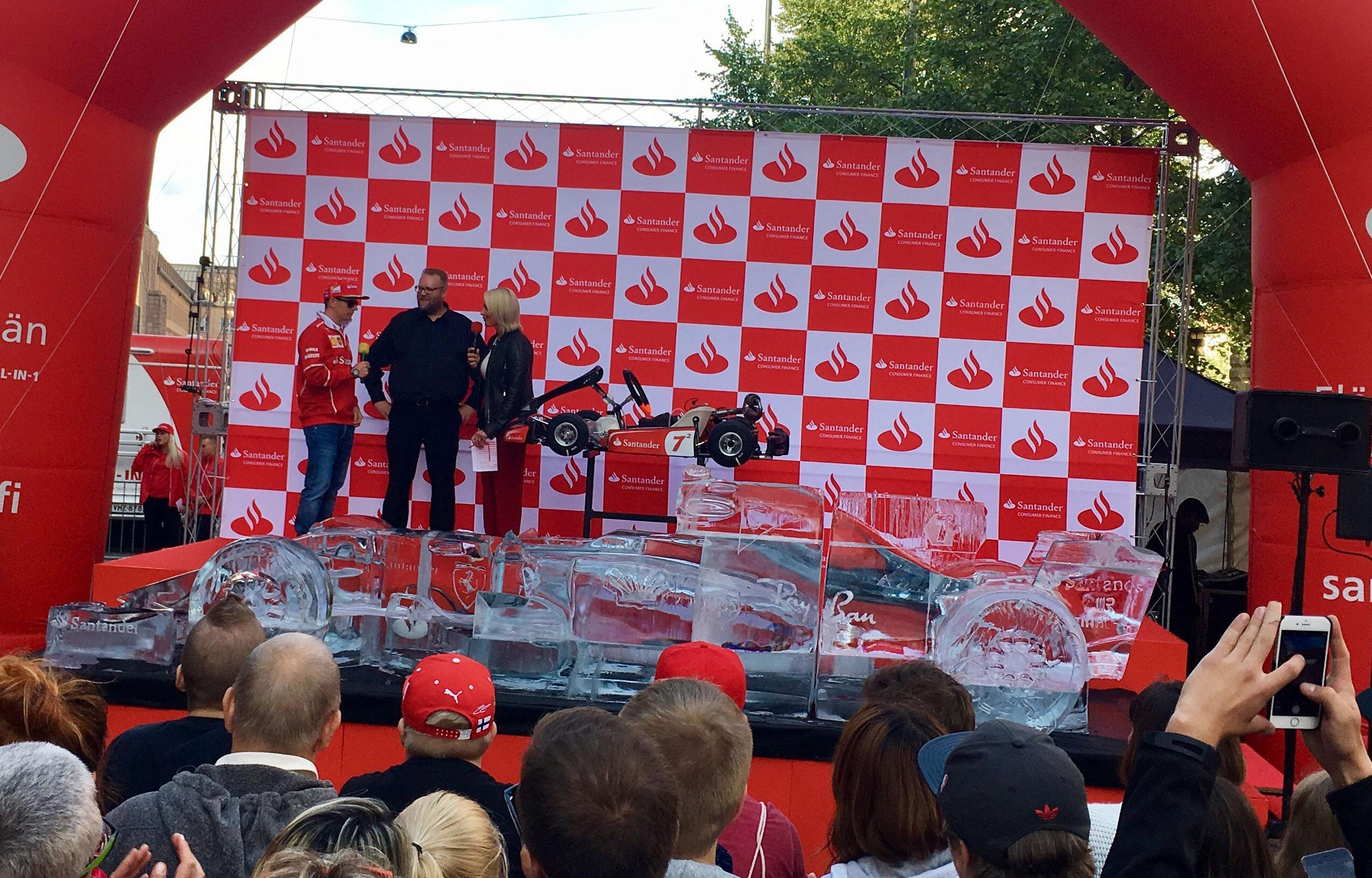 Kimi Räikköselle paljastettiin jäinen Ferrari, joka on tarkka kopio italialaistallin F1-kilpa-autosta.
