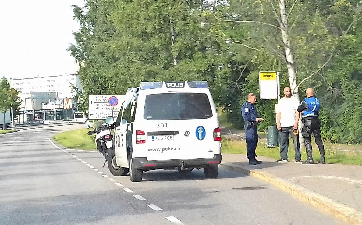 Poliisi keskeytti Markon autoilun.