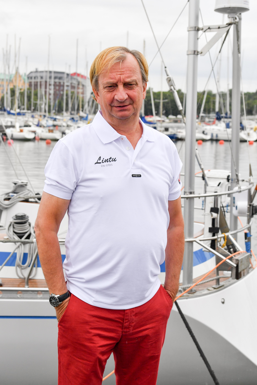 Hjallis Harkimo kipparoi purjeventtä Atlantin yli -seikkailurealityssä.
