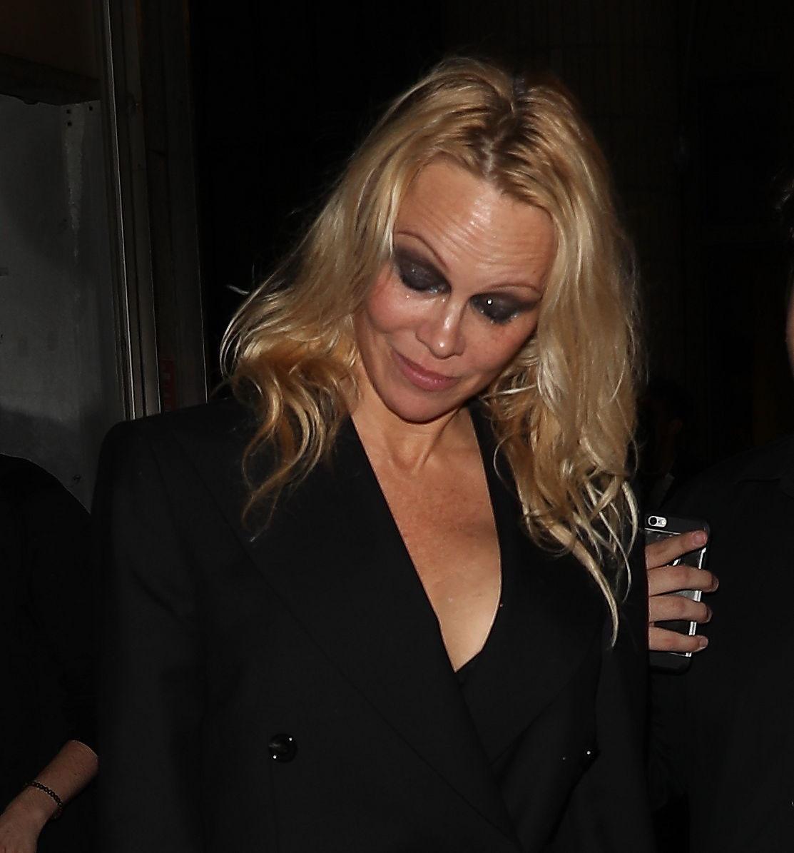 Musta silmämeikki ei ole Pamelan tyyliin sopiva.