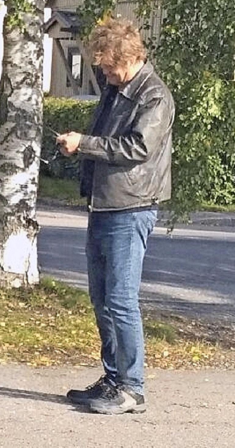 Martti Syrjä seisoi kadulla.