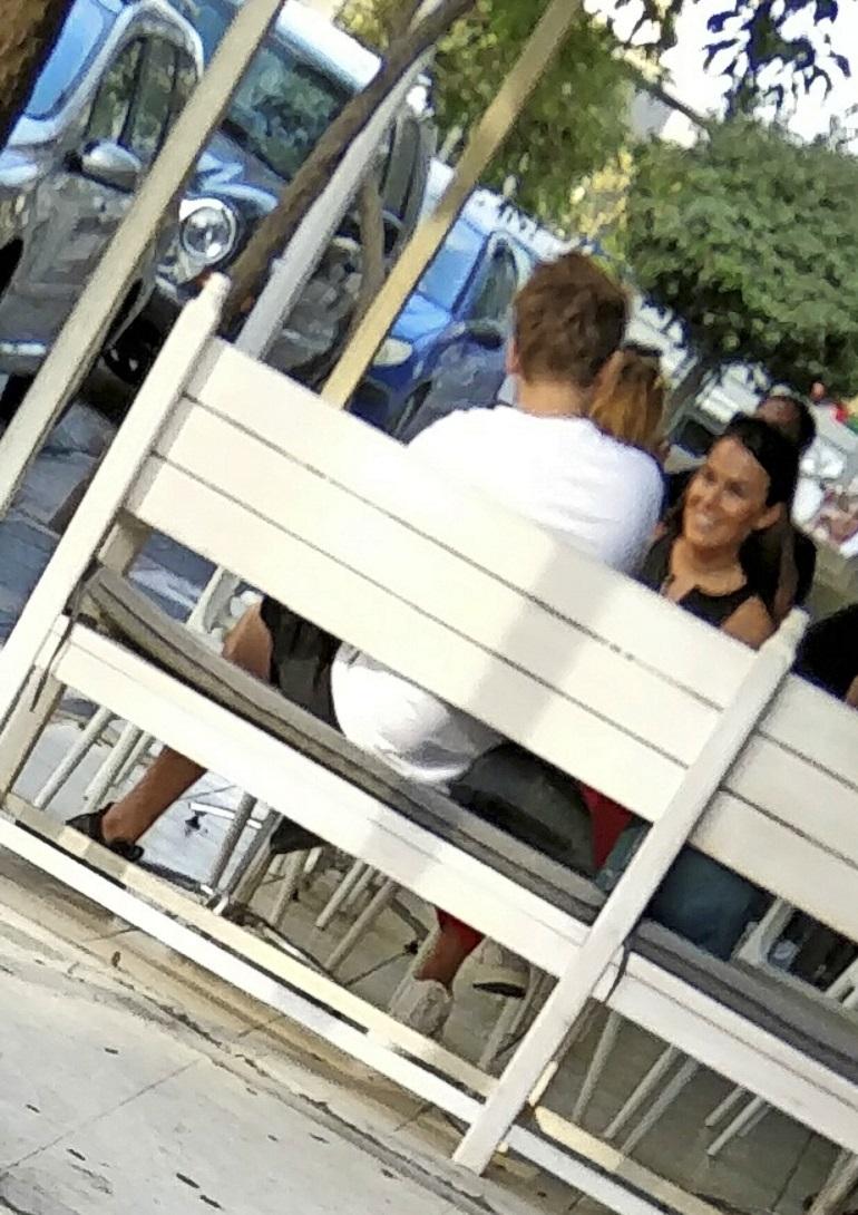 Sara nauroi Roopen jutuille kahvilassa.
