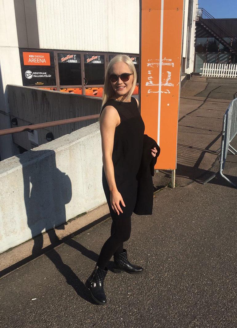 Annika on jo ehtinyt tutustua Kouvolan nähtävyyksiin. Kuvassa hän poseeraa kaupungin kiekkohallin edustalla.