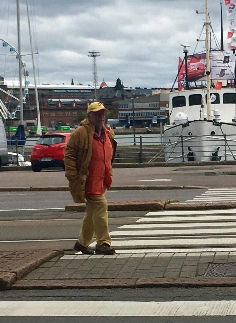 Ristomatti Ratia lenkkeili Seiska-lippis päässä.