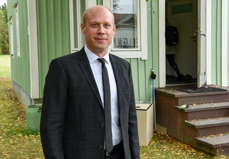 Iikka Forss nauttii näyttelemisestä Heikki Kinnusen kanssa. – Kuvaustauoilla hänellä riittää tarinoita. Ja silloin kun kuvataan, niin homma toimii täydellisesti.