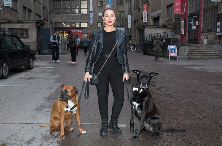 Alma Hätönen saapui gaalaan koiriensa Sonjan, 10, ja Shantin, 6, kanssa.