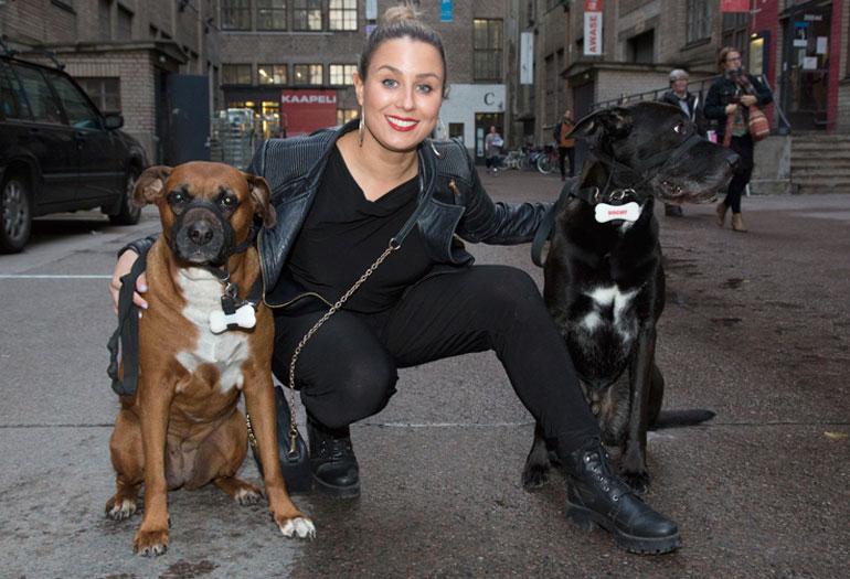 Alma Hätönen saapui koira-gaalaan koiriensa kanssa.