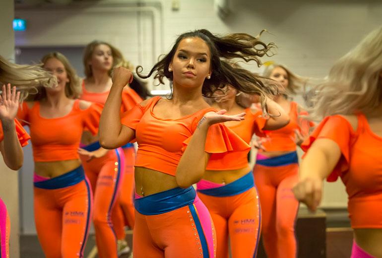 20-vuotias Oona Tilus on yksi Sparkling Starsin cheerleadereista.