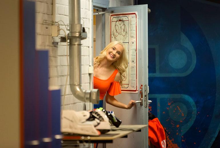 Annika Palmu toivottaa Seiskan toimittajan ja kuvaajan tervetulleiksi Sparkling Starsien taukotilaan myös erätaukojen aikana.