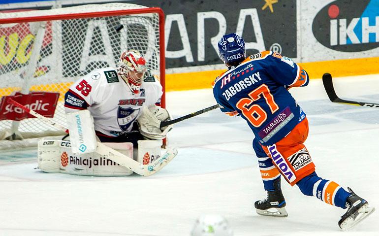 Tapparan slovakkitykki Tomas Záborský ampuu ottelun avausmaalin. Limppu pamahtaa yläpeltiin ohi HIFK-vahti Atte Engrenin.