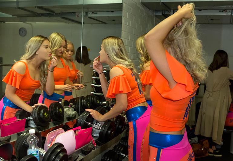 Sparkling Starsin tanssijat pynttäytyvät pitkään ja huolella ennen illan ottelua.