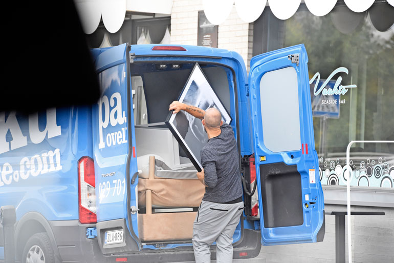 Jere Karalahti kantoi tavaroita autoon.
