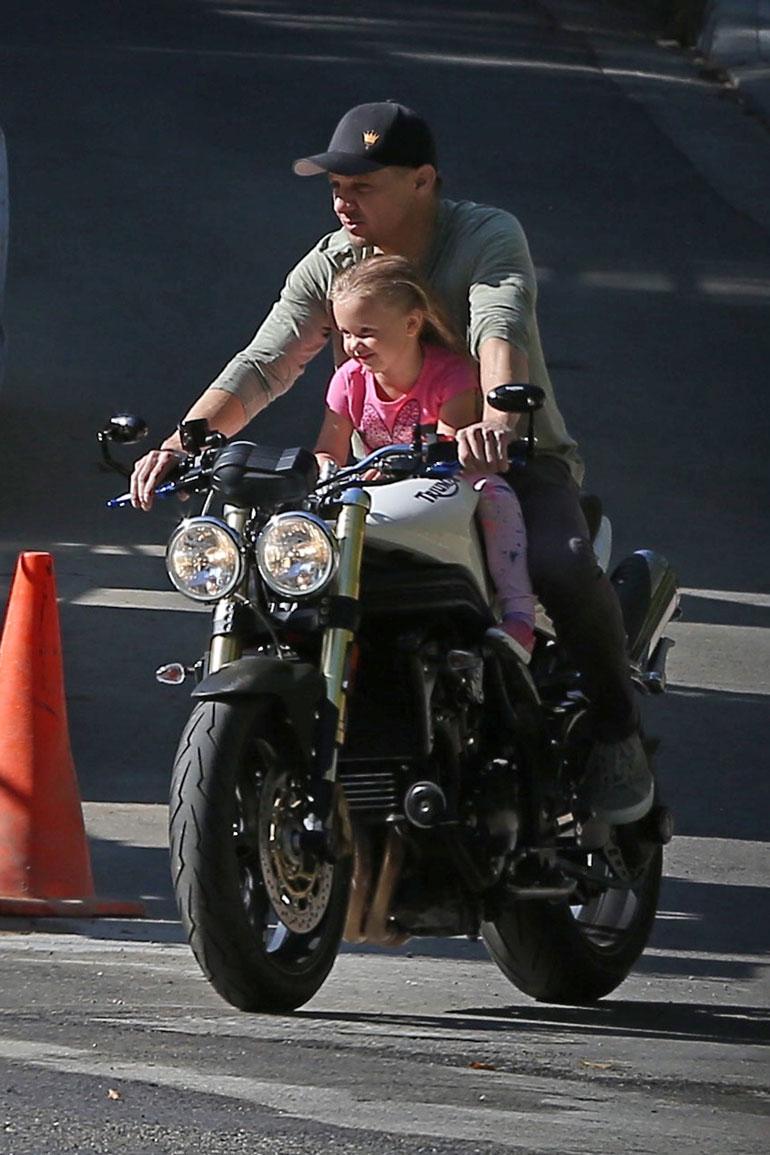 Jeremy Renner ja tytär ajelemassa moottoripyörällä.