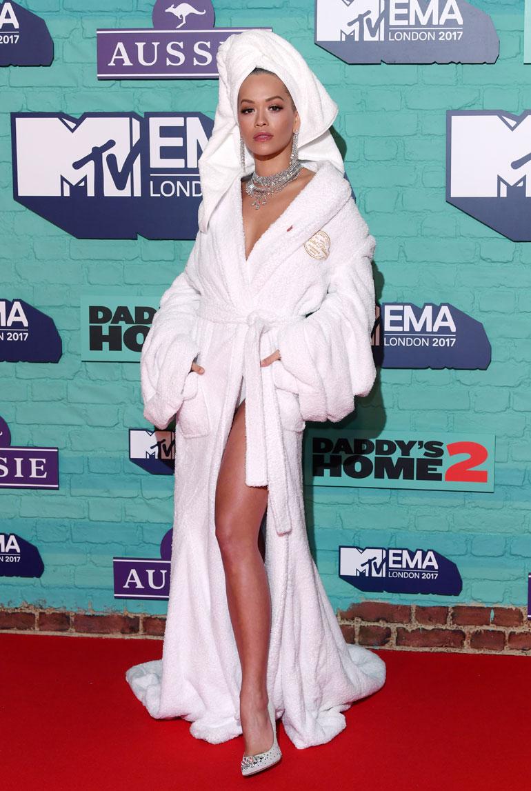 Rita Ora poseeraa