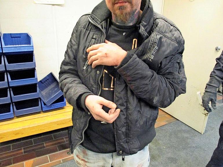Huitsi kuvattuna kiinnioton jälkeen. Poliisi käytti kiinniotossa etälamautinta, koska Huitsi ei totellut poliisin käskytystä.