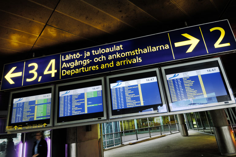 Roopen ja Saran hidastelu koetteleivat muiden matkustajien hermoja Helsinki-Vantaan lentoasemalla.