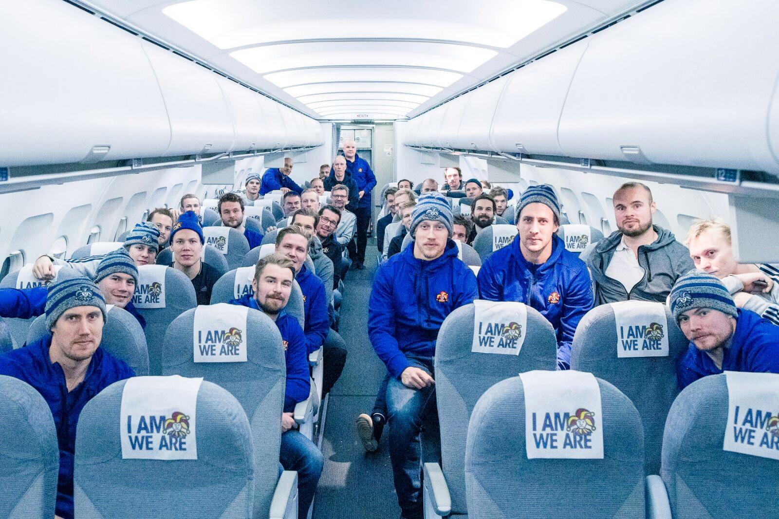 Voiton ja 100-vuotiaan Suomen kunniaksi koko joukkue kajautti paluulennolla Finlandian.
