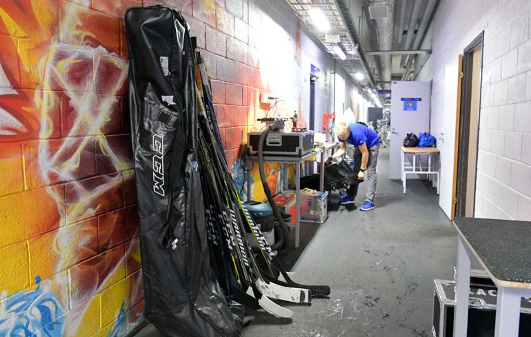 KHL:n vierasottelut ovat logistisesti valtava haaste. Seuran työntekijät painavat pitkää päivää.