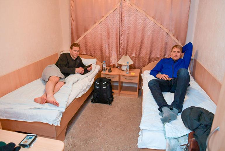 Petteri Wirtanen ja Marko Anttila ovat pelimatkoilla kämppiksinä. – Joskus juttelemme hissimatkalla enemmän kuin täällä huoneessa, rennosti ottavat pelimiehet naurahtavat.