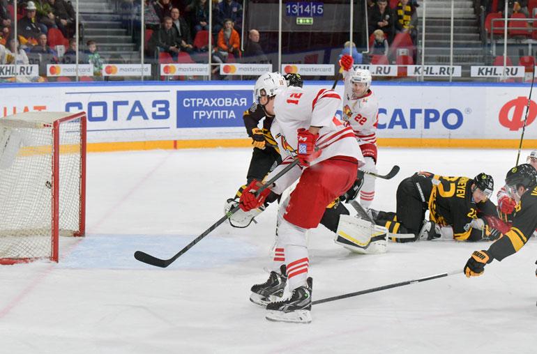 Se on siinä! Lempäälän 203-senttinen jätti Marko Anttila tyylittelee rystypuolelta voittomaalin Severstalin verkkoon.