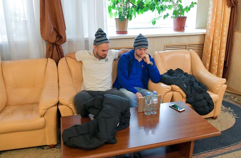 Jesse Joensuu (vas.) ja Tommi Huhtala tapittivat tabletilta The Wirea ennen illan ottelua.