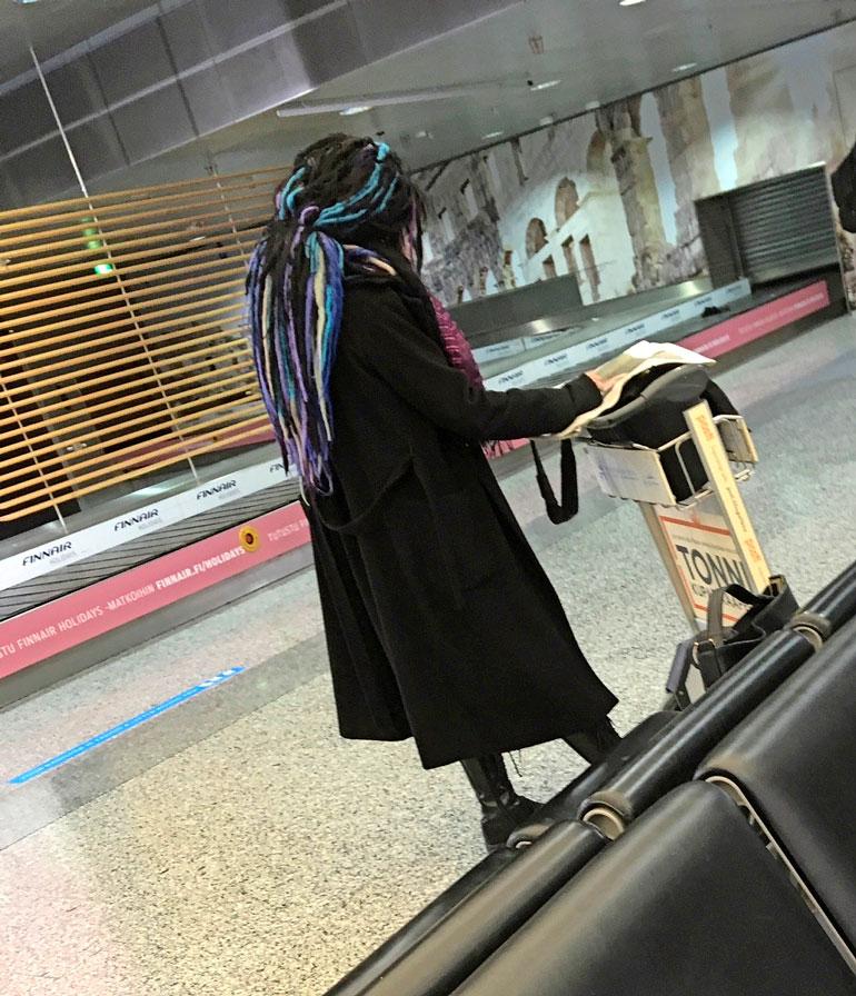 Sofi Oksanen lentokentällä.