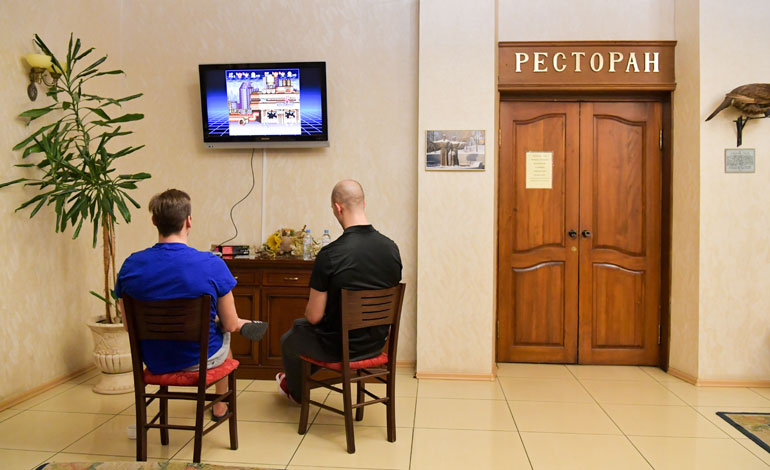 Voimalaituri Masi Marjamäki (vas.) viritteli Super Nintendon hotelli Leningradin aulaan. Konsolikaverina peruspakki Rasmus Rissanen.