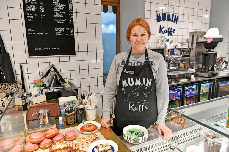 Toimitusjohtajan täytyy taipua moneksi. Sannalta sujuvat myös kahvilan asiakaspalvelutehtävät Helsingin Stockmannilla.